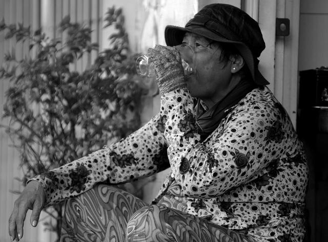 Tranh thủ lúc hết hàng, bà Nhiễu xin của một gia đình gần bến đò ly trà đá uống cho đỡ khát. Ở cái tuổi của bà, nhiều người đã dành thời gian nghỉ ngơi, vui chơi với con cháu.