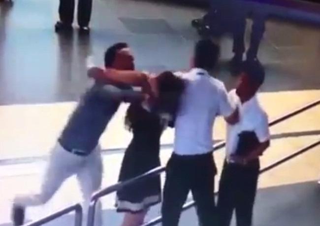 Nữ nhân viên bị đánh tại sân bay: Tôi không hề to tiếng với khách, chỉ quay lại hành vi hung hăng của họ - Ảnh 1.