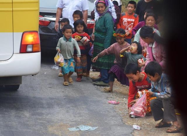 Những đứa trẻ tranh giành nhau mà quên đi các phương tiện khác đang lưu thông trên đường.  