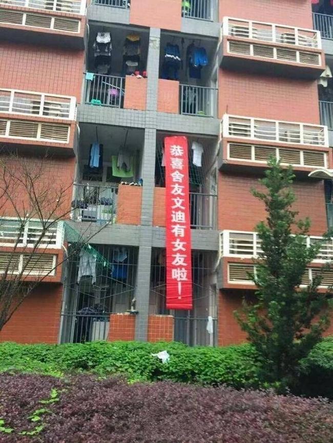 Trung Quốc: Nam sinh năm 2 thoát ế, cả ký túc xá hân hoan treo băng rôn chúc mừng - Ảnh 1.