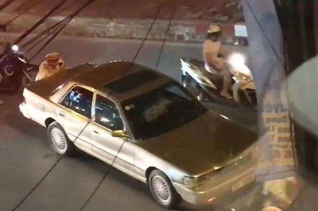 Hình ảnh đẹp: CSGT giúp dân đẩy xe ô tô chết máy ở Hà Nội - Ảnh 2.