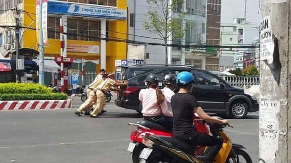 Hình ảnh đẹp: CSGT giúp dân đẩy xe ô tô chết máy ở Hà Nội - Ảnh 4.