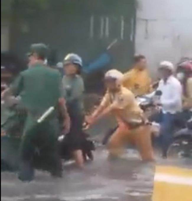 Hình ảnh đẹp: CSGT giúp dân đẩy xe ô tô chết máy ở Hà Nội - Ảnh 5.