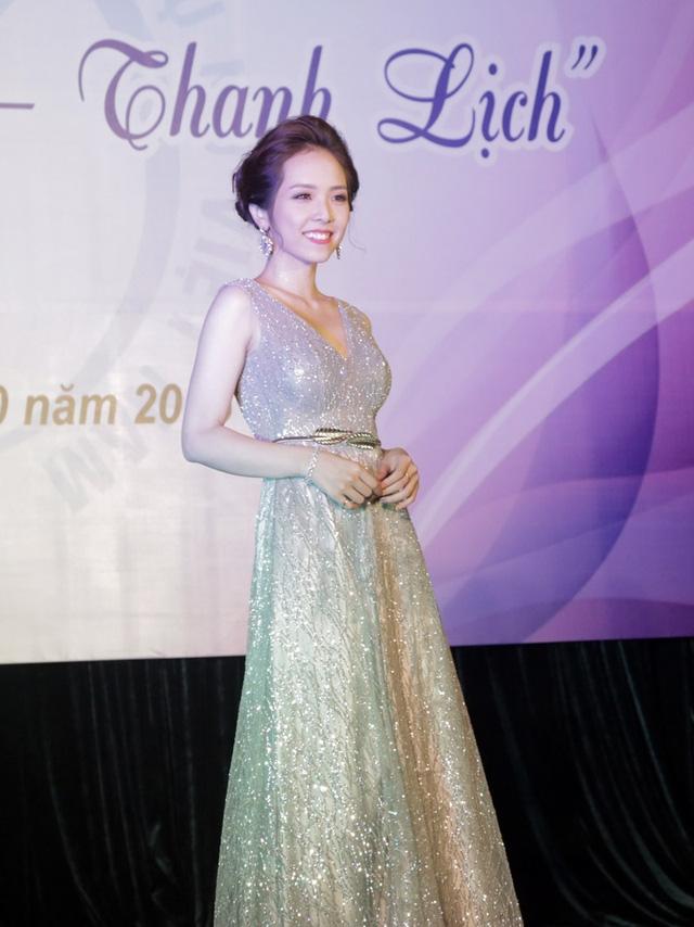 Tân hoa khôi Học viện Phụ nữ Việt Nam có dáng người cao gầy, gương mặt thanh tú và chiếc răng khểnh rất duyên. Minh Thu khoe vẻ đẹp lộng lẫy trên sân khấu với trang phục đầm dạ hội.