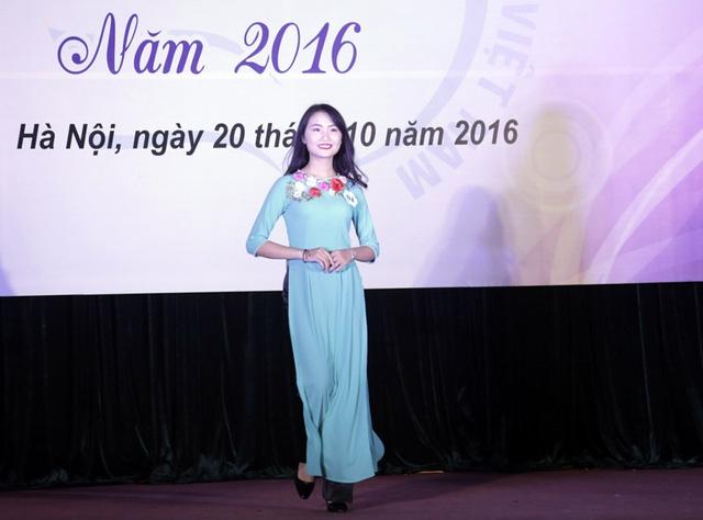 Thí sinh mặc trang phục áo dài đẹp nhất cuộc thi là Bùi Ngọc Hà – sinh viên khoa Công tác xã hội A
