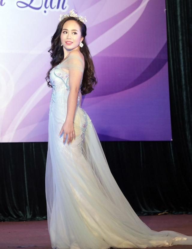 Cô gái Ninh Bình Nguyễn Quỳnh Trang được trao danh hiệu thí sinh mặc trang phục tự chọn đẹp nhất