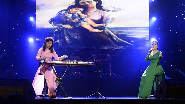 Màn biểu diễn xúc động của ca sĩ Anh Thơ và nghệ sĩ đàn tranh Phương Mai với ca khúc Mẹ yêu con.