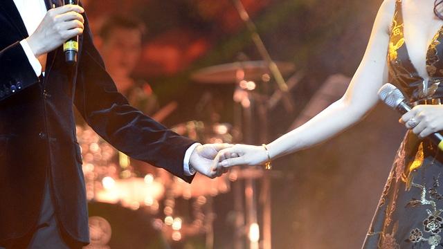 Hình ảnh Quang Dũng- Mỹ Tâm tình tứ trên sân khấu.