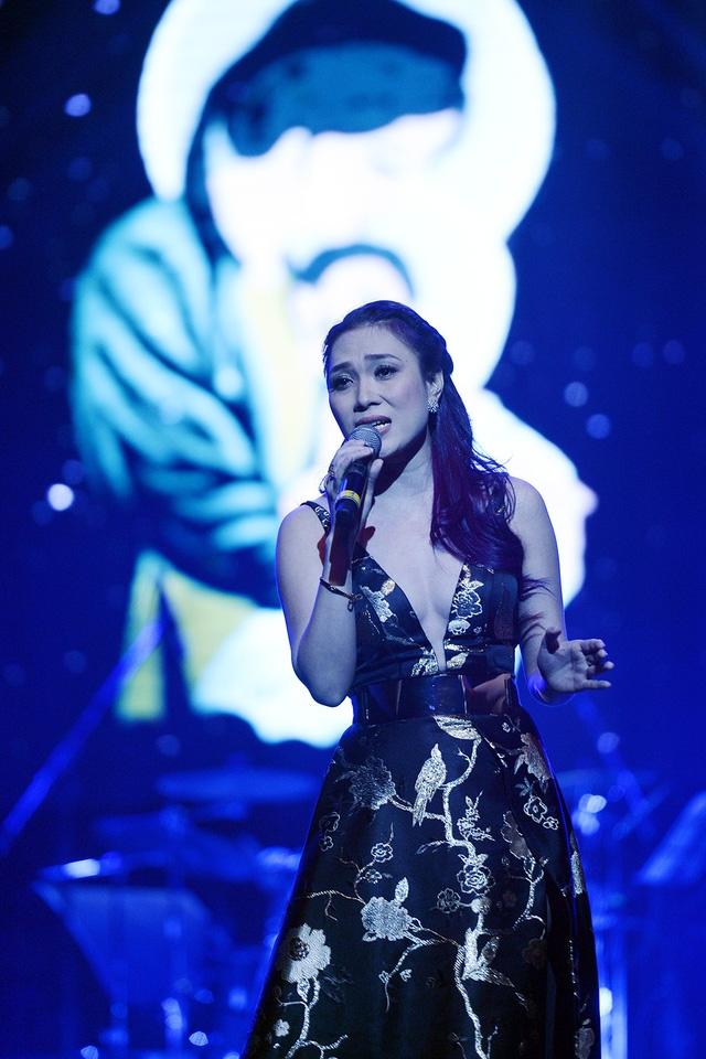 Nữ ca sĩ tóc tím thể hiện các ca khúc Hãy về với nhau, Tình mẹ, Cám ơn người tình, Như môt giấc mơ...