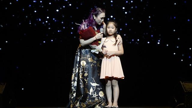 Khán giả nhí tặng hoa cho Mỹ Tâm. Hầu như những lần Mỹ Tâm hát tại Hà Nội đều có khán giả nhí trung thành đến xem và tặng hoa.
