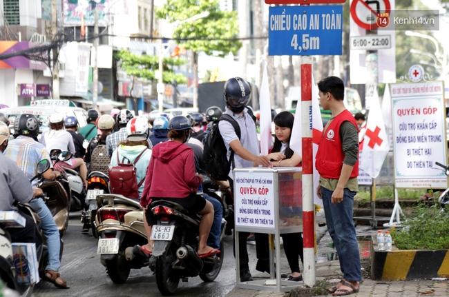 Người Sài Gòn cùng ra đường góp tiền ủng hộ bà con miền Trung bị lũ lụt - Ảnh 3.