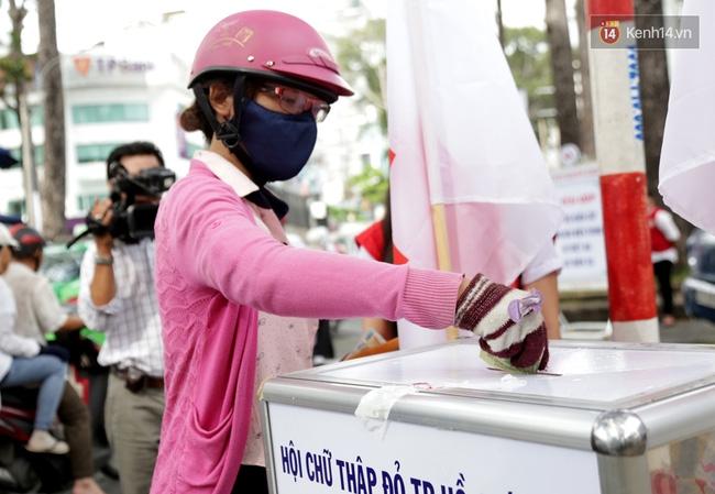 Người Sài Gòn cùng ra đường góp tiền ủng hộ bà con miền Trung bị lũ lụt - Ảnh 4.