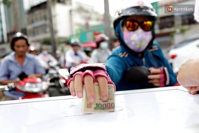 Người Sài Gòn cùng ra đường góp tiền ủng hộ bà con miền Trung bị lũ lụt - Ảnh 6.