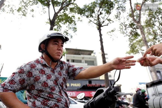 Người Sài Gòn cùng ra đường góp tiền ủng hộ bà con miền Trung bị lũ lụt - Ảnh 8.