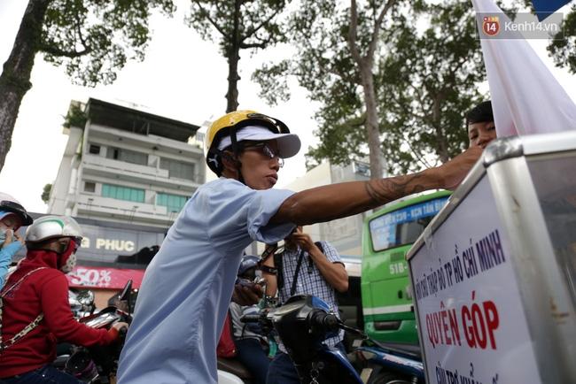 Người Sài Gòn cùng ra đường góp tiền ủng hộ bà con miền Trung bị lũ lụt - Ảnh 10.