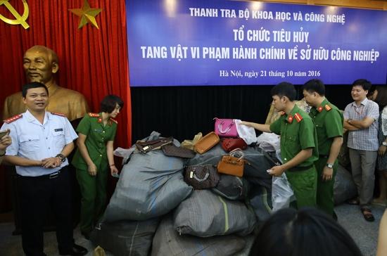 Tiêu hủy gần 2.400 sản phẩm thời trang giả hàng hiệu ở Hà Nội