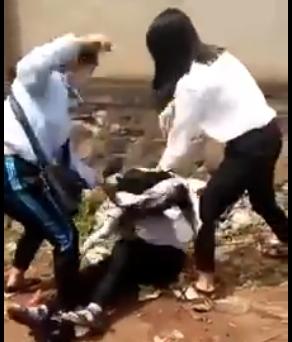 Ba nữ sinh đánh nhau bị tung clip lên mạng. Ảnh cắt từ clip