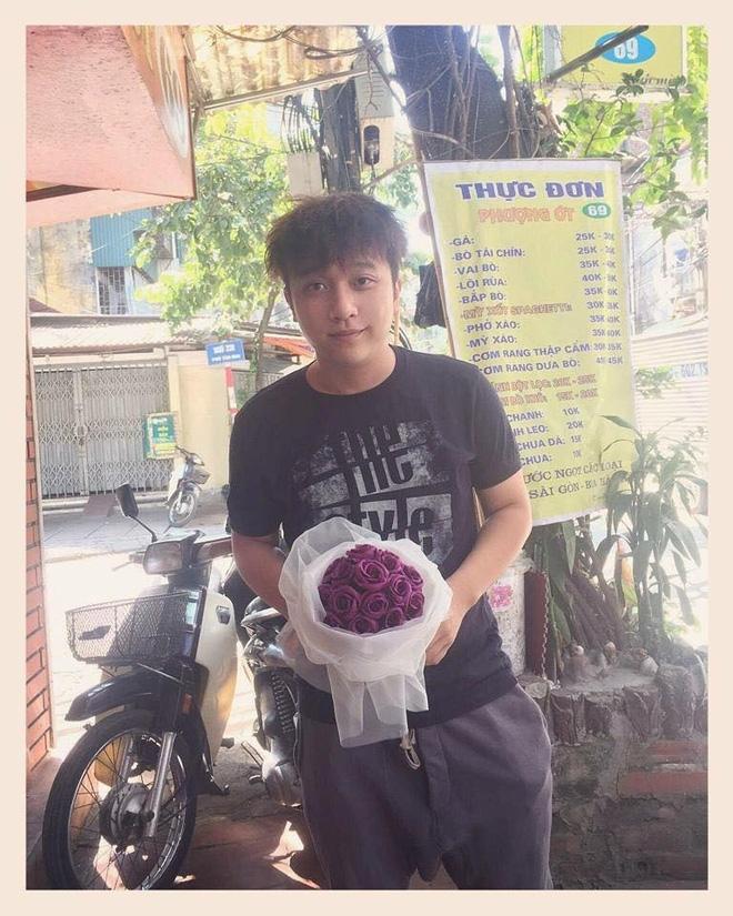 Yanbi quỳ trước cửa nhà tặng hoa cho mẹ - Ảnh 1.