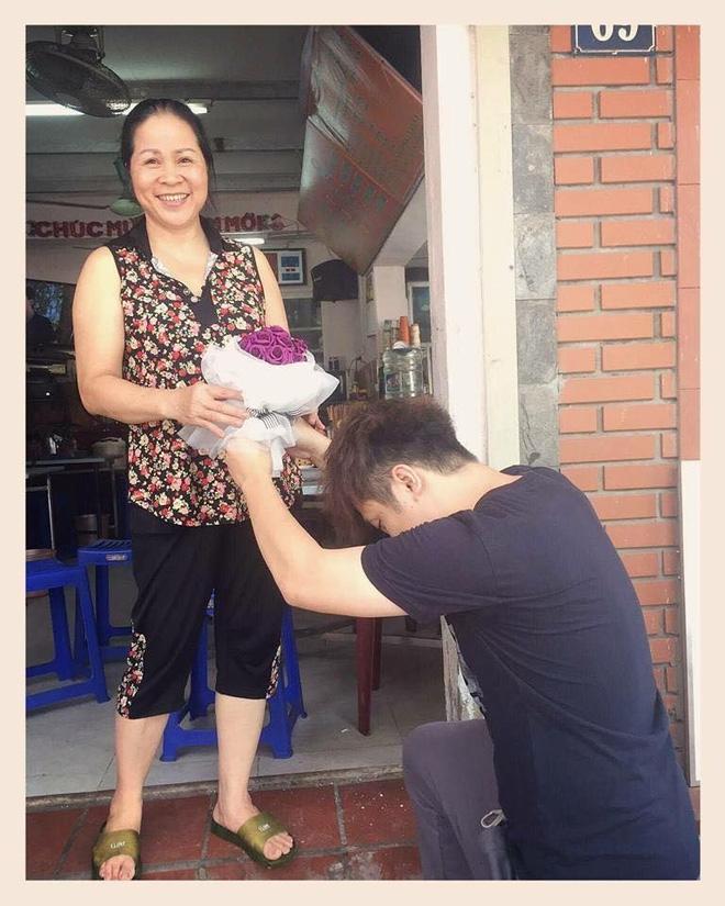 Yanbi quỳ trước cửa nhà tặng hoa cho mẹ - Ảnh 2.