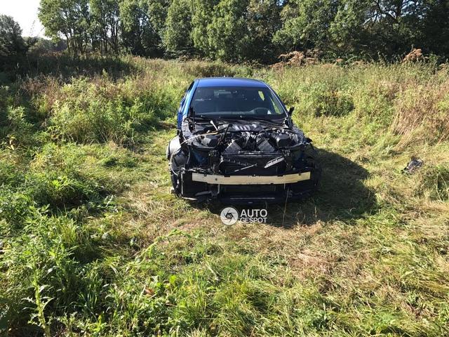 Chiếc BMW M5 bị tháo hết nắp capô, cản va trước và lưới tản nhiệt.