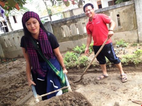 Hương giúp dọn lũ ở Quảng Tiên. Ảnh: FB