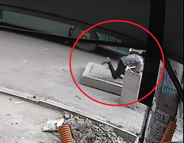 Người đàn ông vấp nắp cống và té xuống hố ga tử vong (ảnh cắt từ clip)