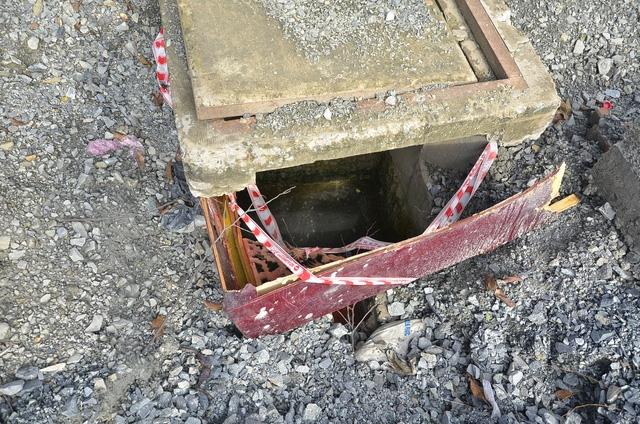 Một hố ga được che chắn rất sơ sài, có thể lọt một người lớn xuống