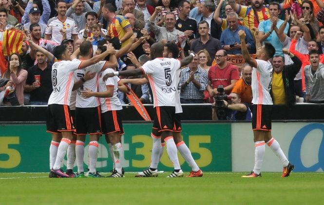 Messi tỏa sáng, Barca lội ngược dòng đá bại Valencia