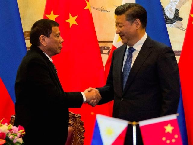 Nhật Bản đang theo dõi chặt chẽ các diễn biến trong quan hệ Trung Quốc - Philippines - Mỹ. Trong ảnh: Tổng thống Duterte bắt tay Chủ tịch Trung Quốc Tập Cận Bình tại cuộc gặp ở Bắc Kinh hôm 20/10. (Ảnh: SCMP)