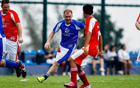 Scholes thi đấu cho đội Legend áo xanh và giành chiến thắng chung cuộc 6-3