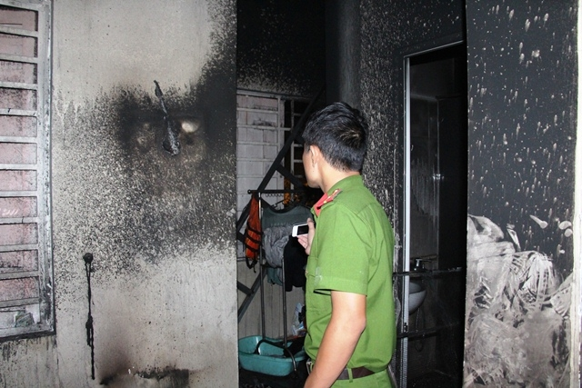 Tại hiện trường, cơ quan chức năng phát hiện có dấu vết tự gây cháy khiến hai cha con ông Tình chết thảm.
