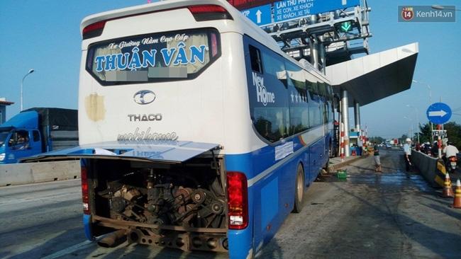 Quảng Nam: Xe khách tông vào trạm thu phí, hàng chục hành khách hoảng loạn la hét - Ảnh 1.