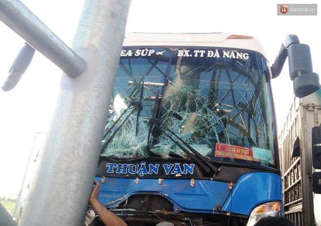 Quảng Nam: Xe khách tông vào trạm thu phí, hàng chục hành khách hoảng loạn la hét - Ảnh 2.