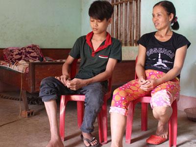 Cậu bé phẫu thuật chân 10 lần mong trở lại trường