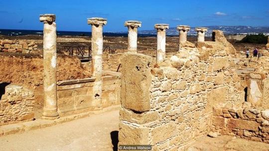 Đền thờ Aphrodite hiện chỉ còn lại những cây cột đá sừng sững. Ảnh: BBC