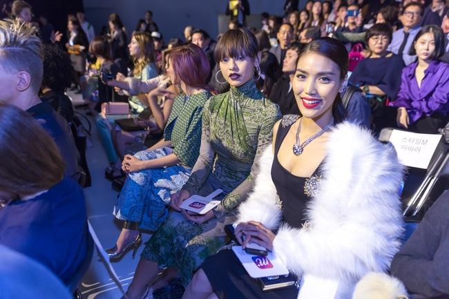 HOT: Mai Ngô & Lan Khuê nổi bần bật trên ghế khách mời tại Seoul Fashion Week - Ảnh 5.