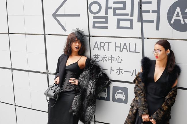 Lan Khuê & Mai Ngô biến thành 2 góa phụ đen trên tại Seoul Fashion Week - Ảnh 1.