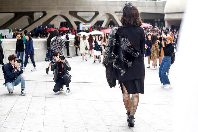 Lan Khuê & Mai Ngô biến thành 2 góa phụ đen trên tại Seoul Fashion Week - Ảnh 15.
