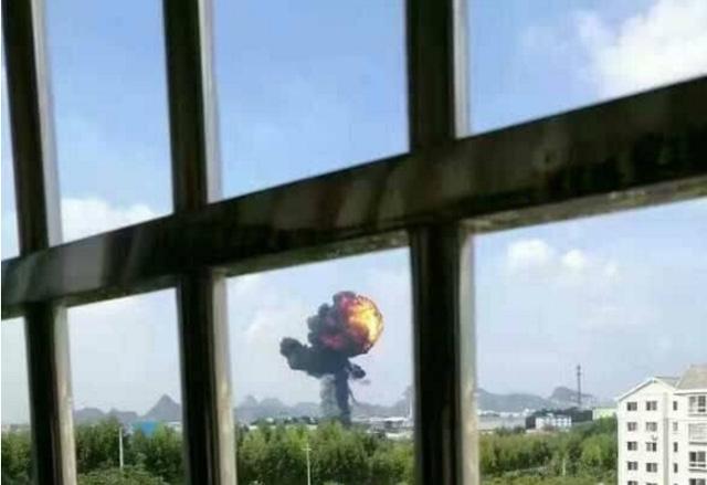 Bức ảnh được cho là ghi lại cảnh máy bay ném bom của Trung Quốc rơi và bốc cháy ở Liễu Châu hôm 22/10. (Ảnh: China Defense)