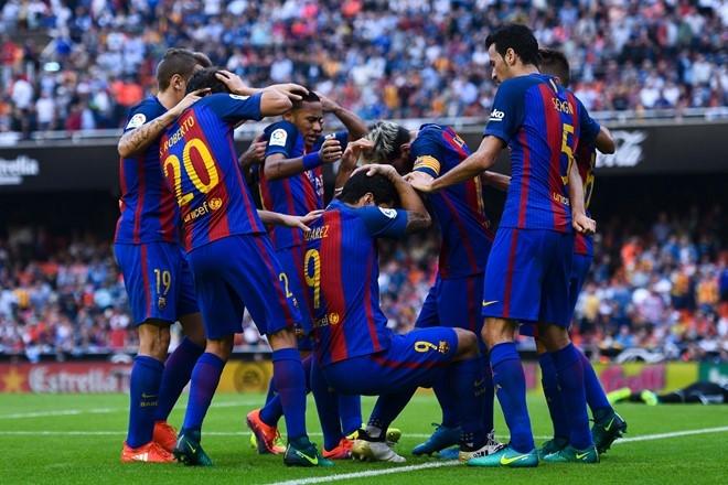 Neymar trung di vat, Messi hung ho thach thuc fan hinh anh 2