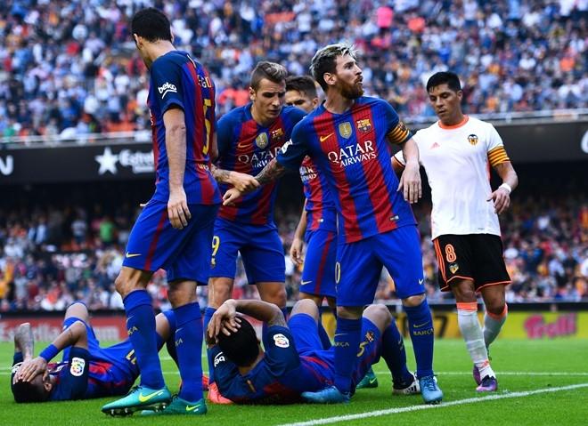 Neymar trung di vat, Messi hung ho thach thuc fan hinh anh 3