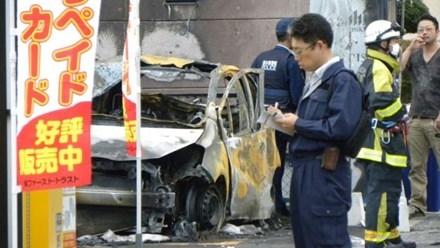 Cảnh sát Nhật Bản đang làm việc ở khu vực chiếc xe bị bốc cháy sau vụ nổ liên hoàn. Ảnh: AFP