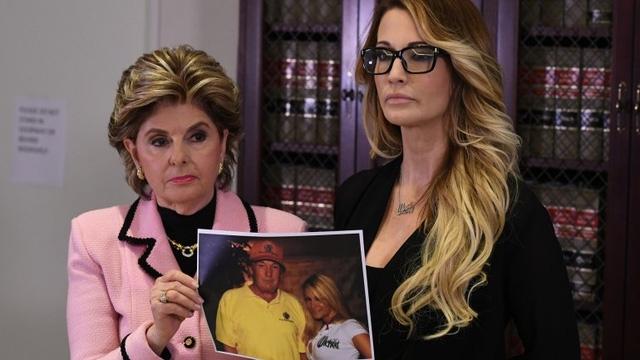 Jessica Drake (bên phải) xuất hiện trong buổi họp báo cùng nữ luật sư Gloria Allred và tấm ảnh chụp với tỷ phú Donald Trump (Ảnh: AFP)