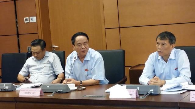 Chủ nhiệm UB Quốc phòng - An Ninh Võ Trọng Việt (giữa) phát biểu tại phiên thảo luận tổ.