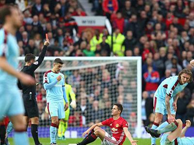 Mourinho bị đuổi lên khán đài, M.U hòa thất vọng Burnley