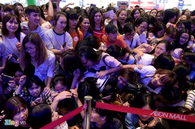 Fan chen lấn đến nghẹt thở để nhìn Noo Phước Thịnh - 4