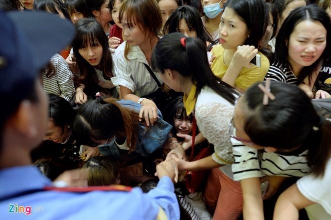 Fan chen lấn đến nghẹt thở để nhìn Noo Phước Thịnh - 5
