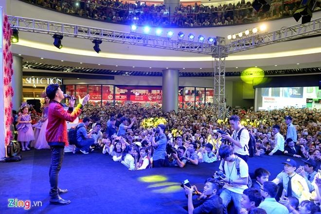 Fan chen lấn đến nghẹt thở để nhìn Noo Phước Thịnh - 7