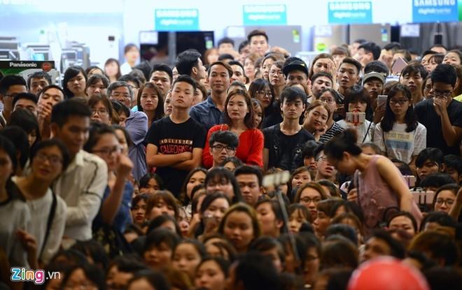 Fan chen lấn đến nghẹt thở để nhìn Noo Phước Thịnh - 8