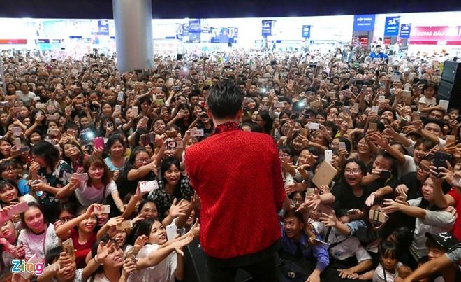Fan chen lấn đến nghẹt thở để nhìn Noo Phước Thịnh - 10